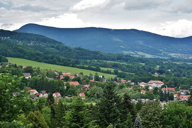 Pohled přes obec Ostravice na horu Ondřejník
