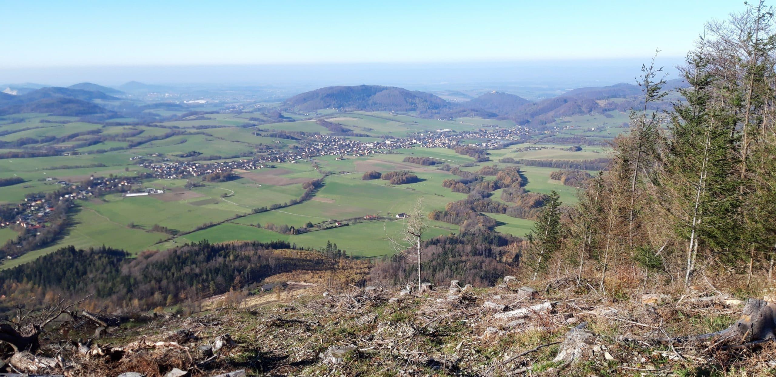 pohled na Kozlovice při cestě po zelené turistícké značce na Ondřejník - sedlo